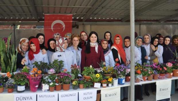 Fabrika işçileri bahar bayramını hediyeleşerek kutladı
