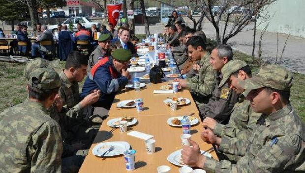 Mehmetçiklere öğrenci ve velilerden yöresel ev yemekleri ikramı