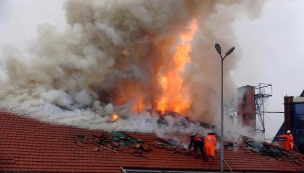 Anaokulu çatısında çıkan yangın korkuttu