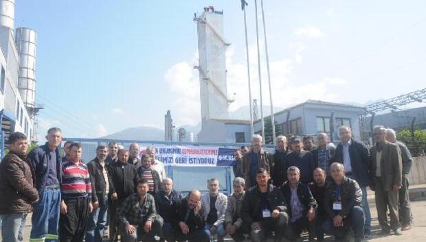 Üretimi durdurulan fabrika işçilerinin baca eylemi