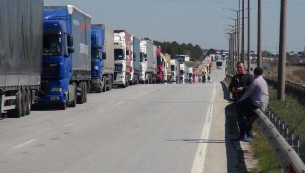 Bulgaristan işlemleri yavaşlattı, sınırda 7 kilometre TIR kuyrukları oluştu