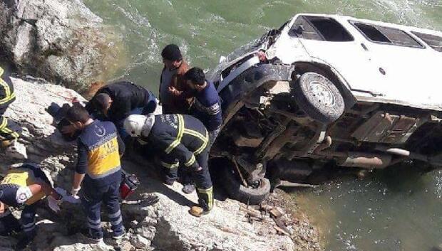 Kazada ölen gencin cenaze konvoyunda minibüs ırmağa yuvarlandı