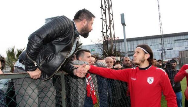 Samsunsporda taraftarlarla futbolcular arasında gerginlik