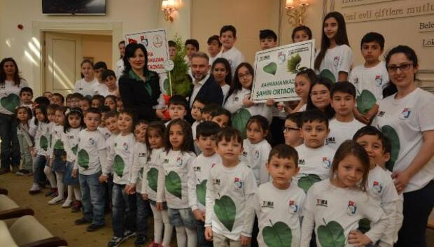 TEMA gönüllüsü öğrencilerden Başkan Ertürke çam fidanı