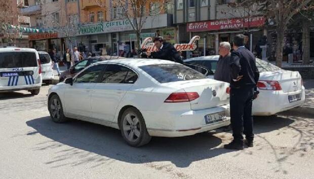 Sendika temsilcisinin otomobiline kurşun isabet etti