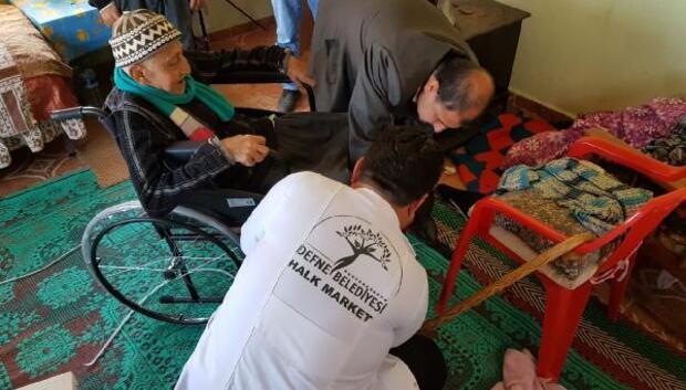 Başkandan yaşlı vatandaşa tekerlekli sandalye