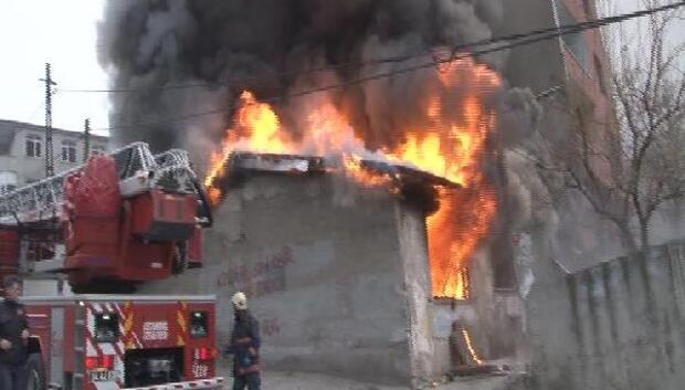 Beyoğlunda ev alev alev yandı