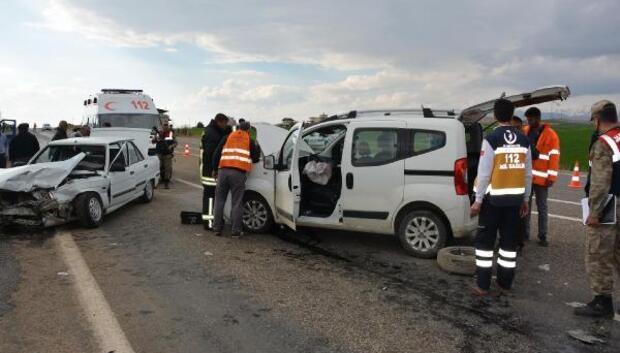 Besnide iki araç çarpıştı: 5 yaralı