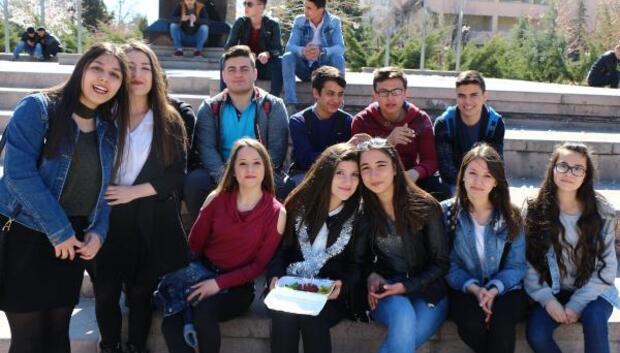 Liseli Cerenin meydanda çiğ köfteli yaş günü kutlaması