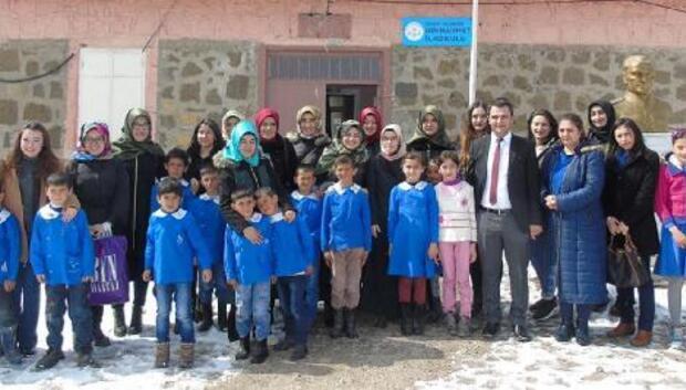 Harçlıkları ile okula kütüphane açtılar