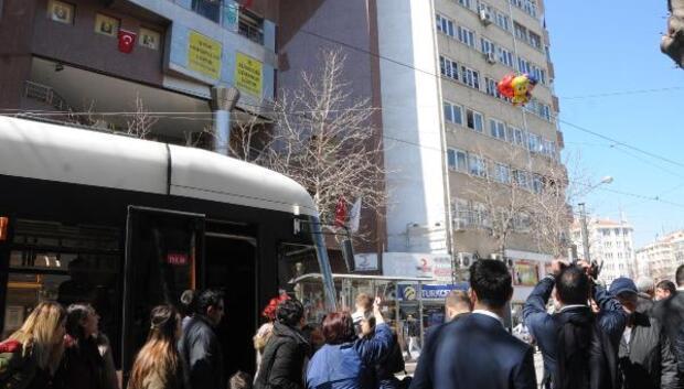 Eskişehirde tellere takılan balonlar nedeniyle tramvay seferleri durdu
