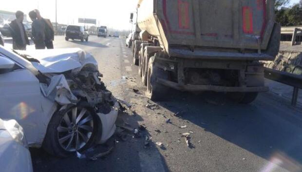 Arıza yapan kamyona çarpan otomobilin sürücüsü yaralandı