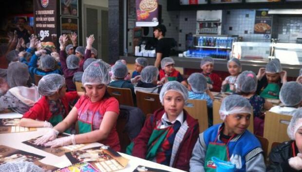 Öğrenciler pizza etkinliğinde