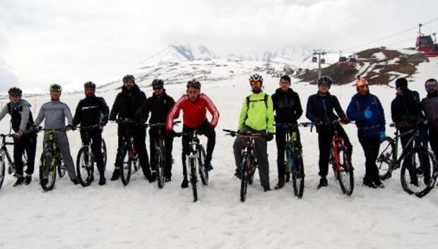 Kar üstünde bisiklet yarışı