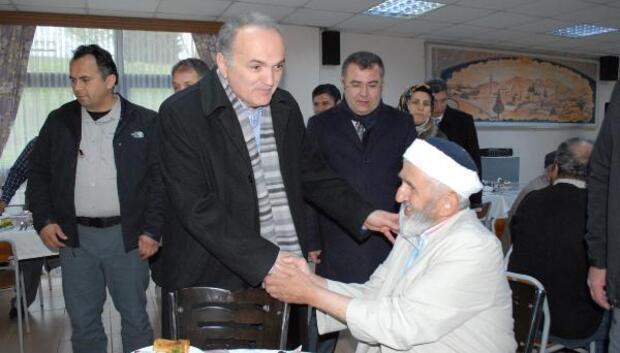 Bakan Özlü huzurevinde yaşlılarla pazar kahvaltısı yaptı