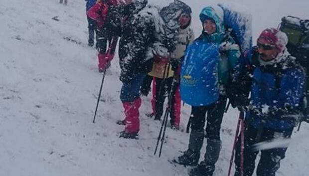Kar ve fırtınaya karşı 23 dağcı Süphan Dağına zirve yaptı