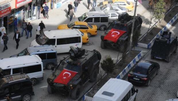 Polisler Hakkari esnafına karanfil dağıttı(2)