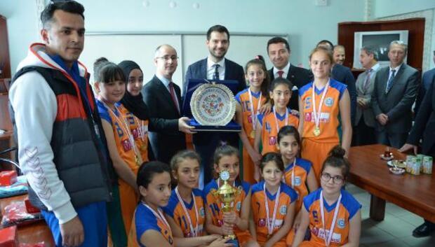 Bakan Yardımcısı Boynukalından Bozüyüklü basketbolcu kızlara moral ziyareti