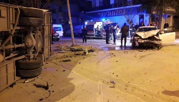 Boluda midibüs ile otomobil çarpıştı: 2 yaralı