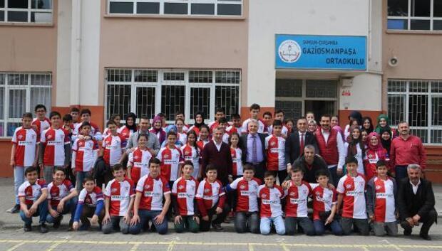 80 adet Samsunspor forması öğrencilere dağıtıldı