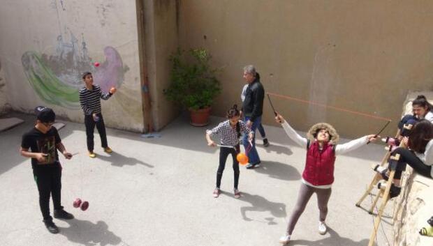 Mülteci çocuklar sirkle hayata yeniden tutunuyor