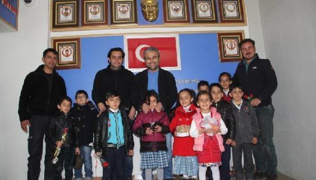 Başkalede minik öğrencilerden polis ziyareti