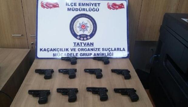 Bitliste bir araçta 10 ruhsatsız tabanca ele geçirildi