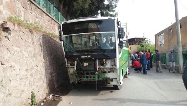 Halk otobüsü istinat duvarına çarptı: 4 yaralı