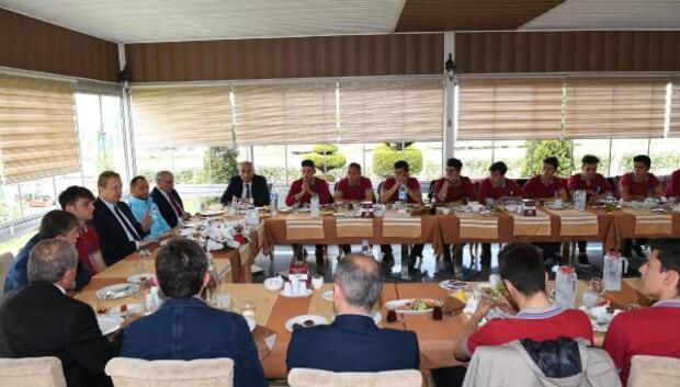 Vali Yavuz, 15 Temmuz Şehitleri Anadolu Lisesi futbol takımıyla bir araya geldi