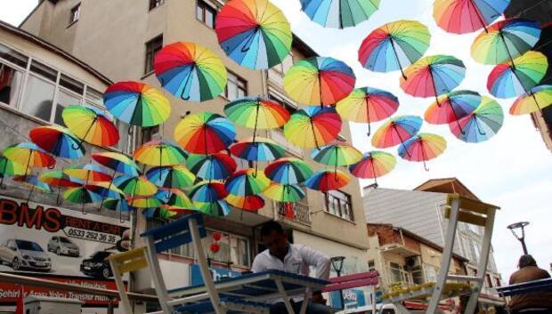 Burdurda şemsiyeli sokak