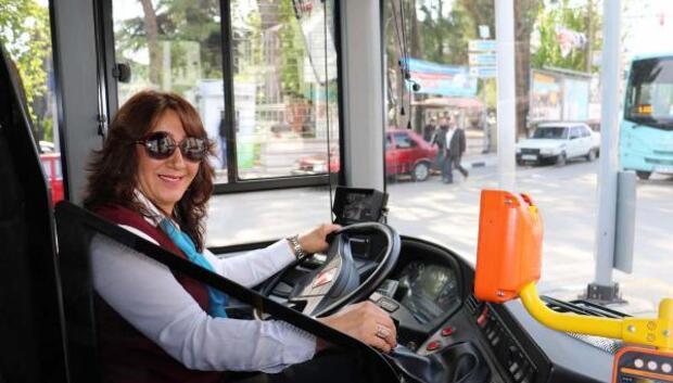 Kadın halk otobüsü şoförü rahatsızlanan yolcusunu hastaneye yetiştirdi