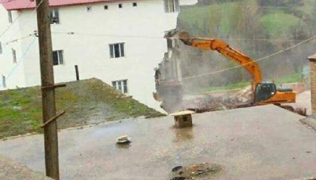Licede tartışmalı bina kaçak olduğu gerekçesiyle yıkıldı