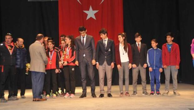 Yüksekova Kaymakamı Kaşıkçı dereciye giren öğrencileri ödüllendirdi