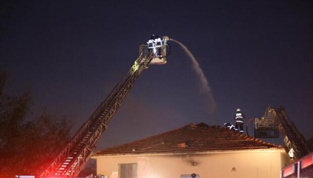 İşçilerin kaldığı lojmanın çatısı yandı