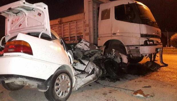 Kavşakta, kamyon otomobili biçti 1 ölü