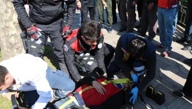 Oğlunun balonunu almak için çıktığı ağaçtan düşüp yaralandı