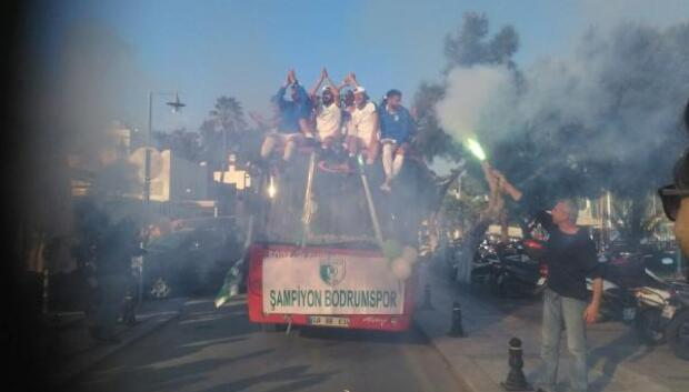 Bodrum Belediyesi Bodrumspor, üstü açık otobüsle tur attı