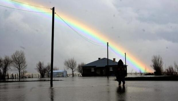 Yüksekovada dere taşınca köy sular altında kaldı