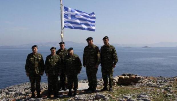Yunan komutandan Kardak manzaralı hatıra fotoğrafı