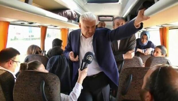 Başbakan Yıldırım otobüste gazetecilerle sohbet etti