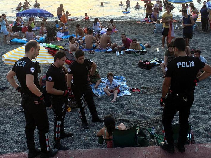 Plajda bira içen iki doktora para cezası