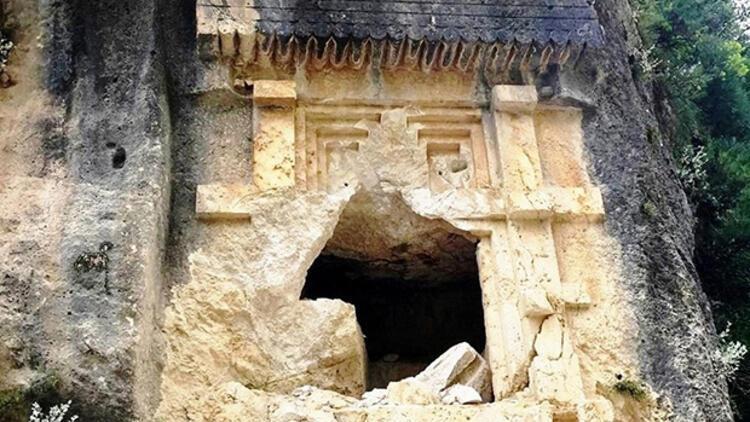 2 bin 500 yıllık Likya kaya mezarını bu hale getirdiler! 'Bu iş çığırından çıkmış durumda'