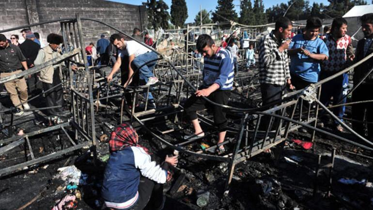 Yunanistandaki sığınmacı kampında yangın 25