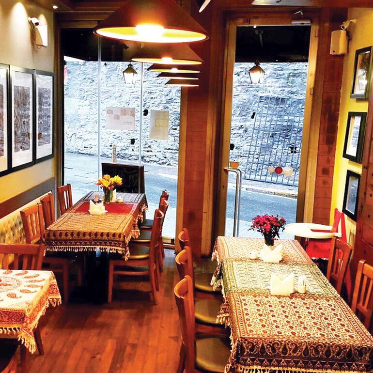 Minik, sevimli ve insana kendini iyi hissettiren bir lokanta: Reyhun İran Lokantası