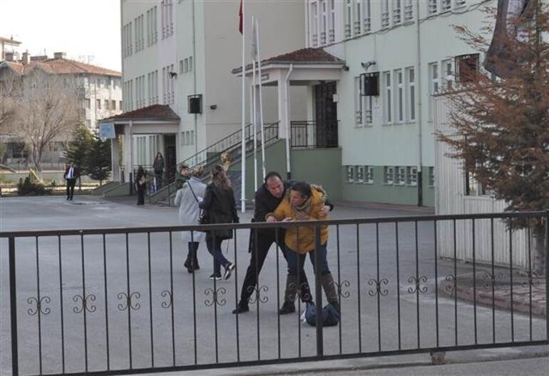 Yarı çıplak fotoğraflarını sosyal medyadan paylaşınca okuldan sürüldü