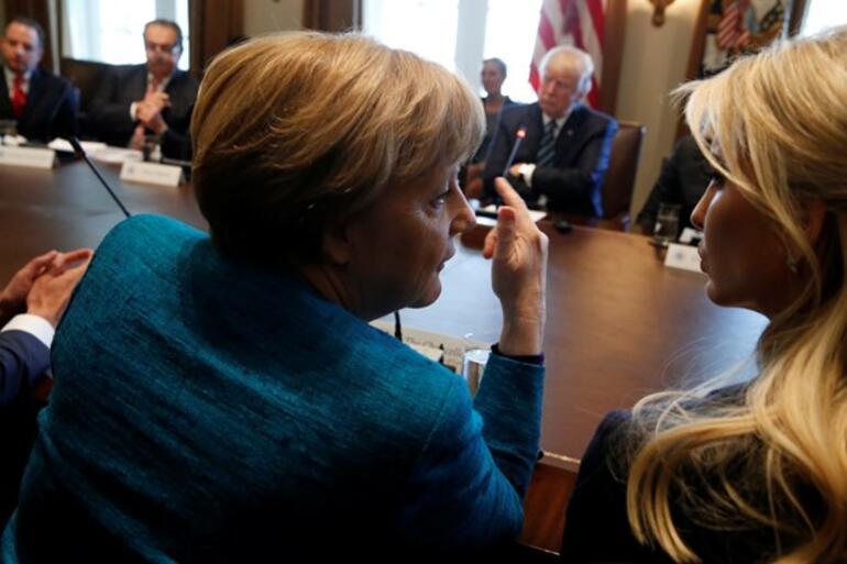 Dünya Merkelin Ivanka Trumpa bakışını konuşuyor