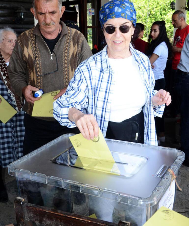 Ünlü oyuncu Fatma Girik hasta yatağından kalkıp oy kullandı