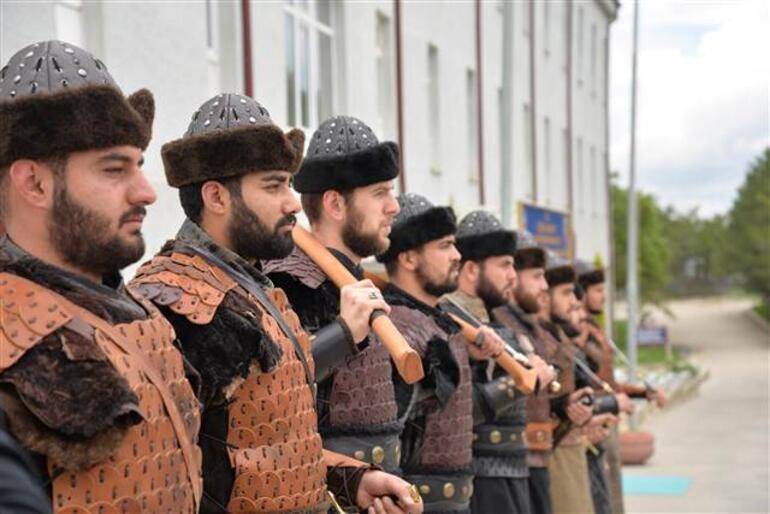Ertuğrul Gazi Türbesinde asker Alp kıyafetiyle saygı nöbeti tutmaya başladı.