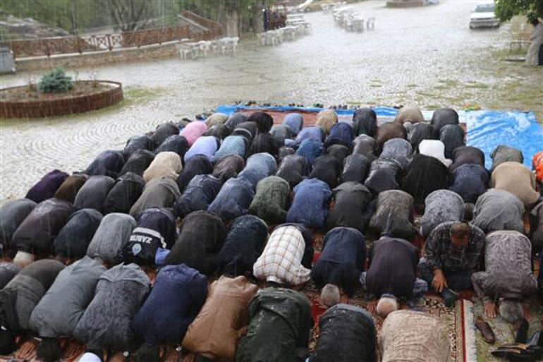 Yağmur duasından hemen önce... Her şey dakikalar içinde oldu