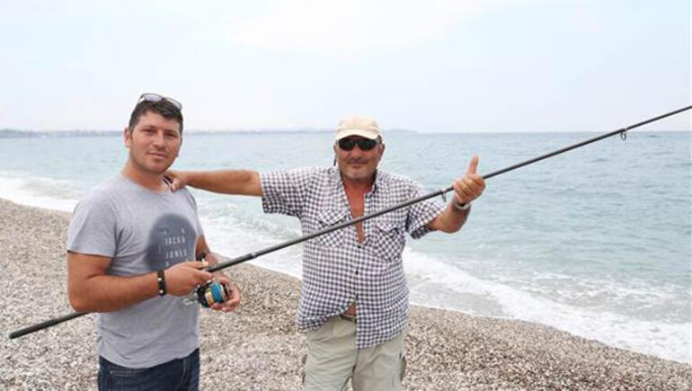 Yakaladıkları 30 kiloluk balığı denize bıraktılar